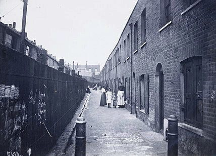 Slum street in Bethnal Green, circa 1900. Photo: Wikipedia.