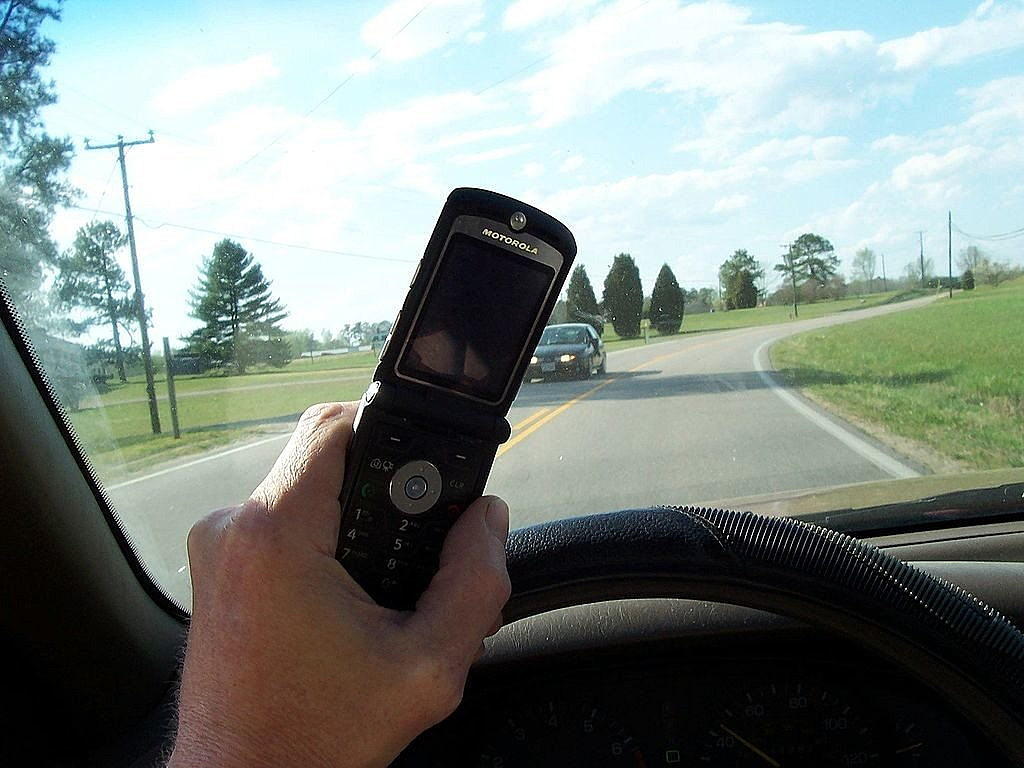 1024px-Cell_phone_use_while_driving