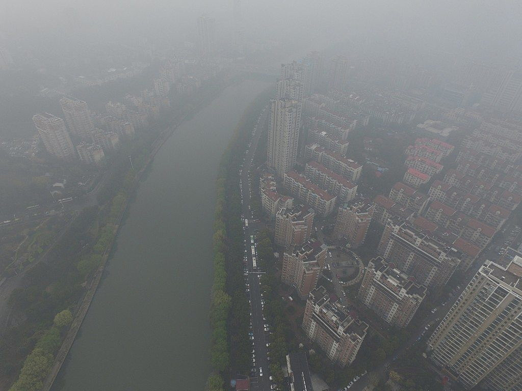 Residential buildings are seen in smog during a polluted day in Nanjing, Jiangsu province, March 19, 2016. REUTERS/Stringer