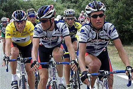 Lance Armstrong (L) rides with teammates Cedric Vasseur (C) and Tyler Hamilton (R) during the Tour de France in July 2000. REUTERS/Jacky Naegelen